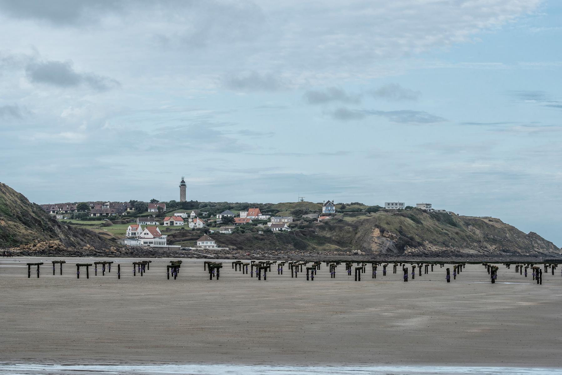 Tardinghen-uitzicht-vanuit-strand-met-mosselpaaltjes